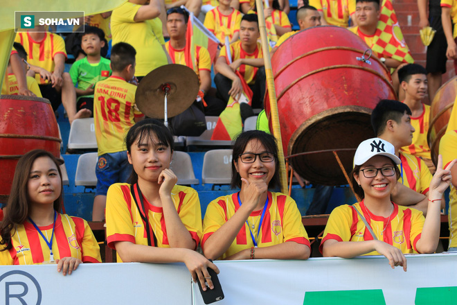 Fan nữ Nam Định, Hà Nội tăng sức nóng cho SVĐ Thiên Trường - Ảnh 5.