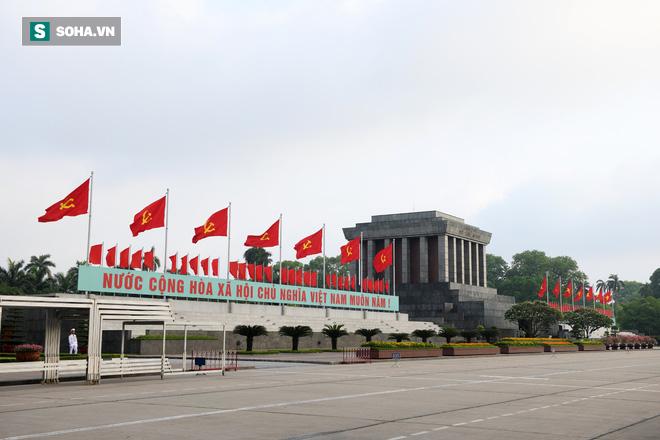 Đại biểu Quốc hội viếng Chủ tịch Hồ Chí Minh - Ảnh 1.
