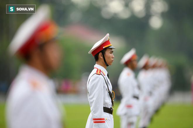 Đại biểu Quốc hội viếng Chủ tịch Hồ Chí Minh - Ảnh 2.