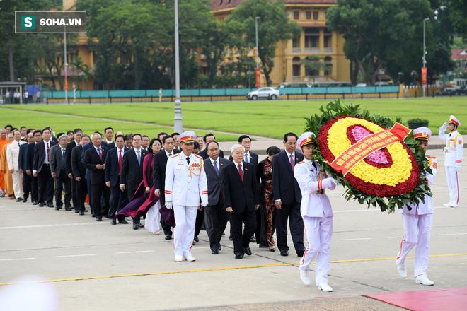 Đại biểu Quốc hội viếng Chủ tịch Hồ Chí Minh - Ảnh 6.