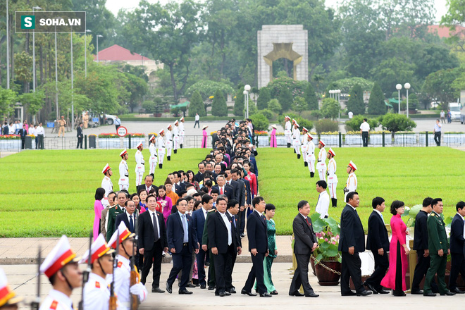 Đại biểu Quốc hội viếng Chủ tịch Hồ Chí Minh - Ảnh 5.