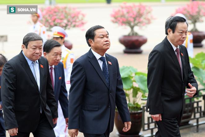 Đại biểu Quốc hội viếng Chủ tịch Hồ Chí Minh - Ảnh 9.
