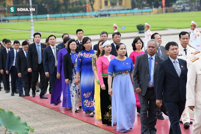 Đại biểu Quốc hội viếng Chủ tịch Hồ Chí Minh - Ảnh 10.