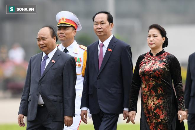 Đại biểu Quốc hội viếng Chủ tịch Hồ Chí Minh - Ảnh 12.
