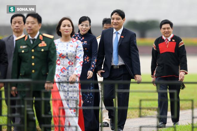 Đại biểu Quốc hội viếng Chủ tịch Hồ Chí Minh - Ảnh 11.
