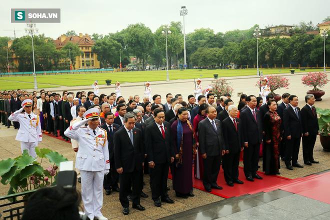 Đại biểu Quốc hội viếng Chủ tịch Hồ Chí Minh - Ảnh 7.