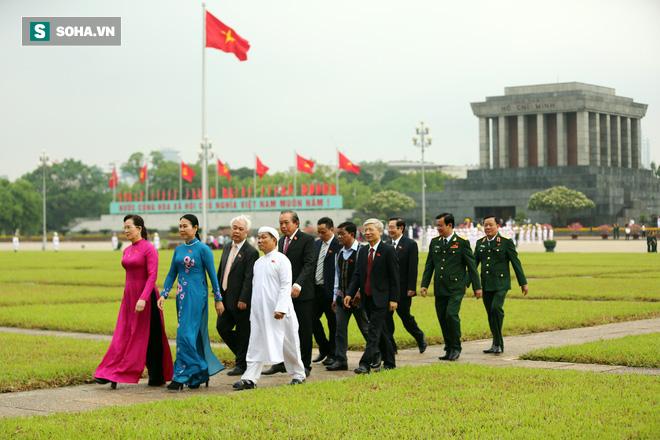 Đại biểu Quốc hội viếng Chủ tịch Hồ Chí Minh - Ảnh 13.