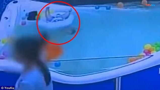 Clip: Bé trai suýt chết đuối vì bị lật phao khi đang học bơi - Ảnh 2.