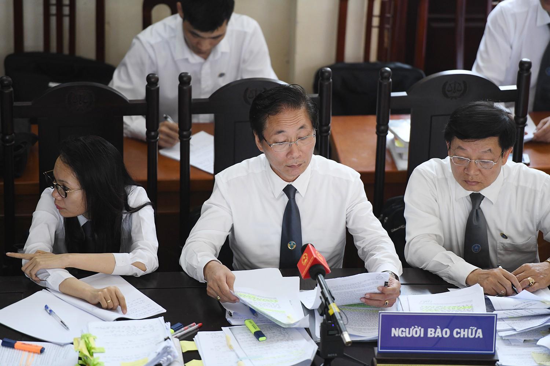 Luật sư Chiến  bức xúc khi liên tục bị thẩm phán bác bỏ quyền được hỏi của mình trước phiên toà công khai