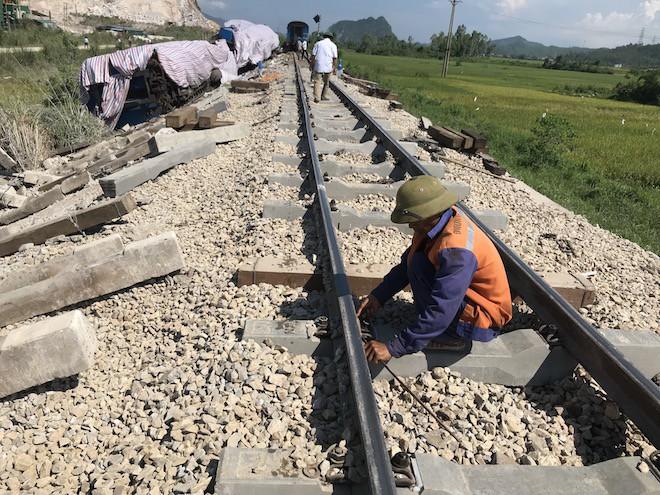 Cận cảnh hàng trăm mét đường ray bị lệch sau vụ tàu hỏa đâm xe ben - Ảnh 3.