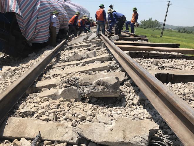 Cận cảnh hàng trăm mét đường ray bị lệch sau vụ tàu hỏa đâm xe ben - Ảnh 11.