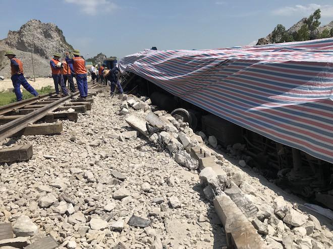 Cận cảnh hàng trăm mét đường ray bị lệch sau vụ tàu hỏa đâm xe ben - Ảnh 12.