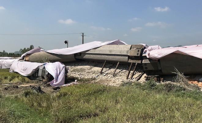 Cận cảnh hàng trăm mét đường ray bị lệch sau vụ tàu hỏa đâm xe ben - Ảnh 7.