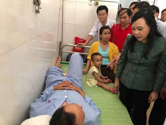 Bộ trưởng Nguyễn Thị Kim Tiến thăm nạn nhân vụ tai nạn đường sắt kinh hoàng - Ảnh 1.