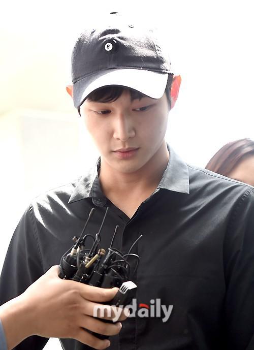 Quấy rối và dùng dao đe dọa sao nữ, mỹ nam Yêu không kiểm soát gây chú ý trong lần triệu tập đầu tiên - Ảnh 3.