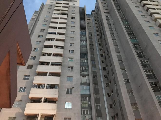 Bị kẹt trong vụ cháy ở tầng 18 chung cư, cặp vợ chồng già dùng khăn ướt, băng dính cầm cự - Ảnh 1.