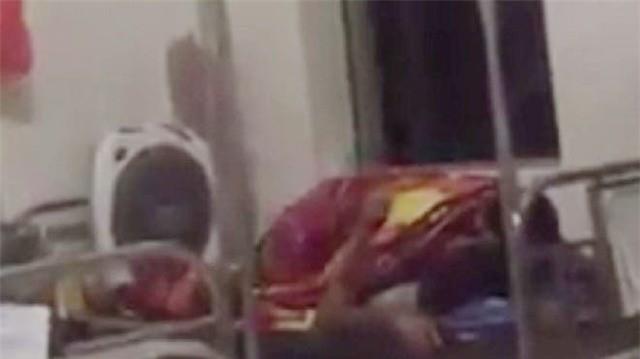 Nóng mắt với cảnh cặp đôi ôm nhau, hôn hít ngay trên giường bệnh viện giữa bốn bề bệnh nhân  - Ảnh 5.