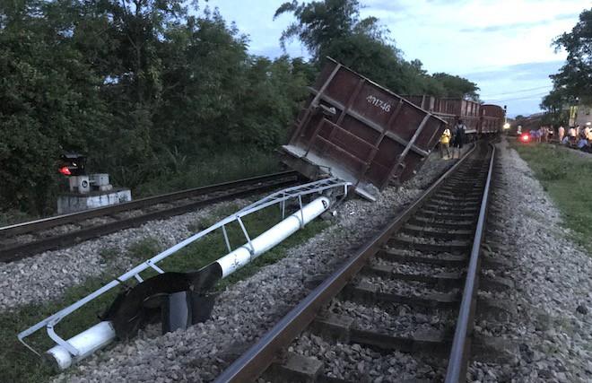 Đường sắt Bắc - Nam lại tắc nghẽn vì 2 toa tàu trật bánh, lật nghiêng ở Nghệ An - Ảnh 2.