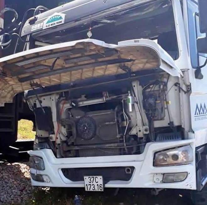 Xe tải chết máy trên đường sắt bị đoàn tàu hất văng cả chục mét - Ảnh 3.