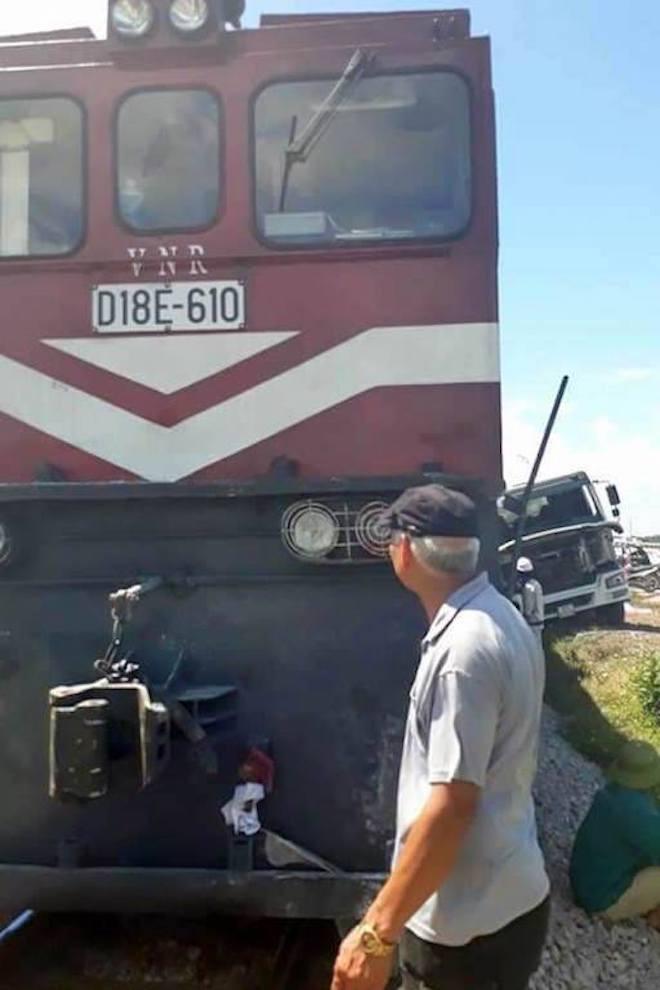 Xe tải chết máy trên đường sắt bị đoàn tàu hất văng cả chục mét - Ảnh 1.
