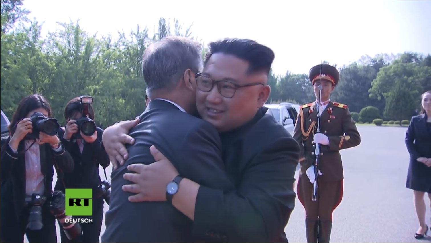 Thông điệp từ cái ôm thân thiết của 2 lãnh đạo liên Triều tại Bàn Môn Điếm