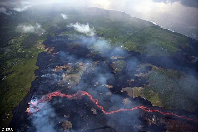 Địa ngục đảo Hawaii những ngày núi lửa phun trào: dung nham tràn xuống tận vườn nhà - Ảnh 2.