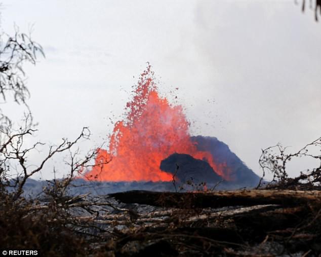 Địa ngục đảo Hawaii những ngày núi lửa phun trào: dung nham tràn xuống tận vườn nhà - Ảnh 3.