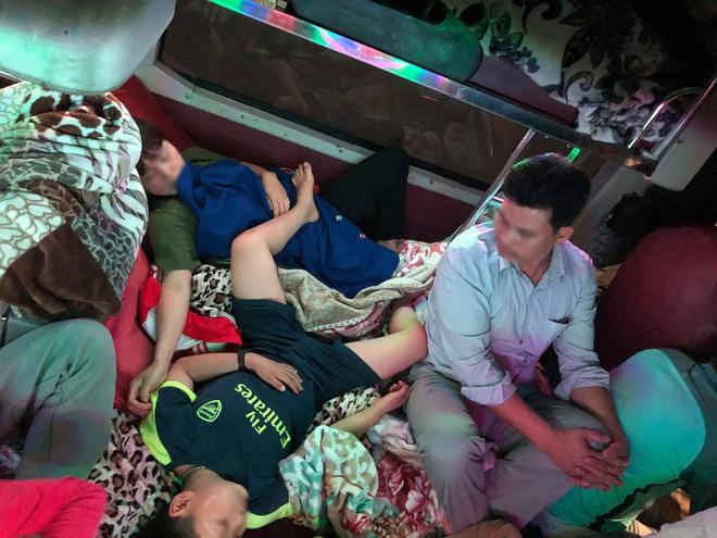 Chuyến xe 28 giường nhưng có đến 60 hành khách nằm chen chúc, nhìn thôi cũng thấy ngộp thở - Ảnh 2.