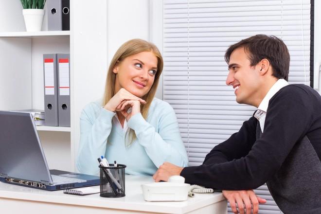 Xử trí thế nào nếu chồng, vợ tán tỉnh đồng nghiệp nơi công sở? - Ảnh 1.