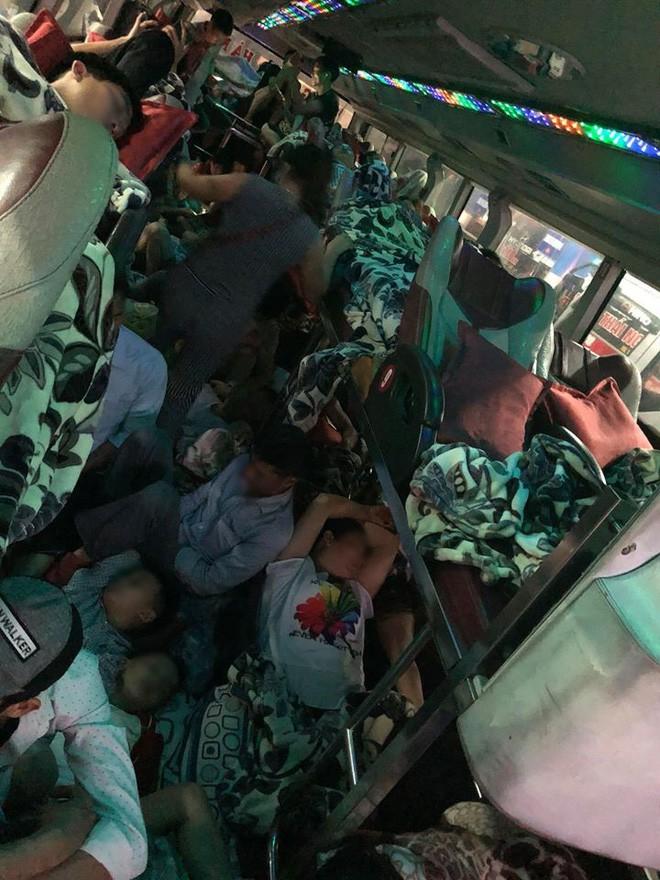 Chuyến xe 28 giường nhưng có đến 60 hành khách nằm chen chúc, nhìn thôi cũng thấy ngộp thở - Ảnh 4.