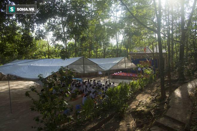 Lễ tổng kết đặc biệt ở ngôi trường giữa rừng cây - Ảnh 2.