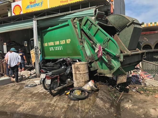 Ngồi sửa xe trong nhà, nam thanh niên bị xe rác lao vào tông gãy cột sống - Ảnh 3.