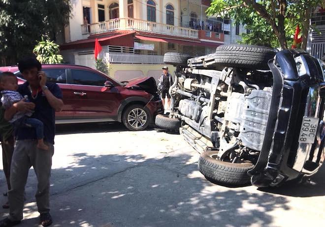 Clip xe ô tô đâm lật xe bán tải ở ngã tư đường - Ảnh 3.
