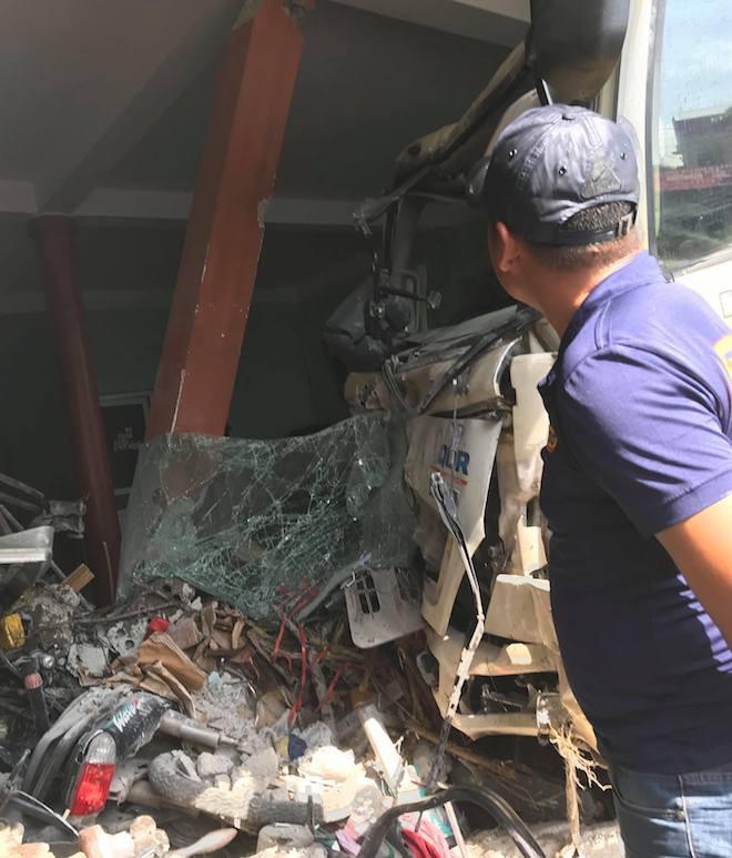 Ngồi sửa xe trong nhà, nam thanh niên bị xe rác lao vào tông gãy cột sống - Ảnh 2.