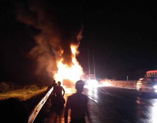 Xe khách Phương Trang bốc cháy dữ dội trên cao tốc, nhiều người thoát chết - Ảnh 3.