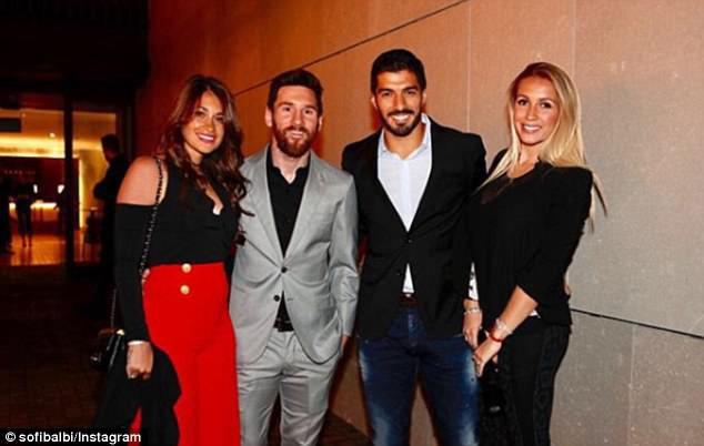 Messi cùng dàn sao Barcelona dẫn vợ và bạn gái đi ăn mừng trước thềm El Clasico - Ảnh 4.