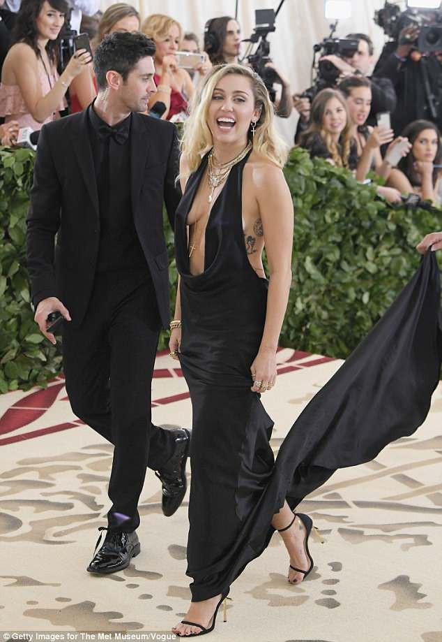 Bộ váy quá hở của Miley Cyrus gây chú ý tại thảm đỏ thời trang danh giá nhất thế giới - Ảnh 2.