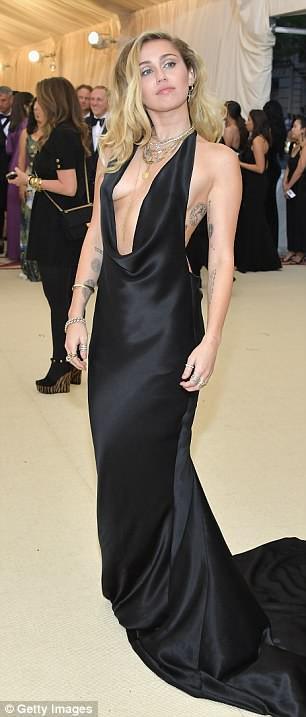 Bộ váy quá hở của Miley Cyrus gây chú ý tại thảm đỏ thời trang danh giá nhất thế giới - Ảnh 1.