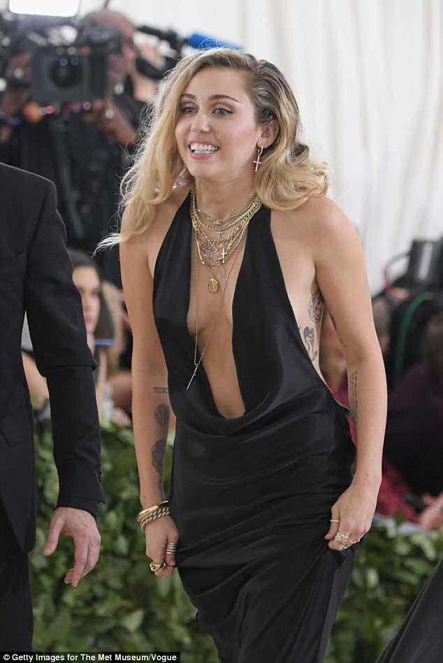 Bộ váy quá hở của Miley Cyrus gây chú ý tại thảm đỏ thời trang danh giá nhất thế giới - Ảnh 3.