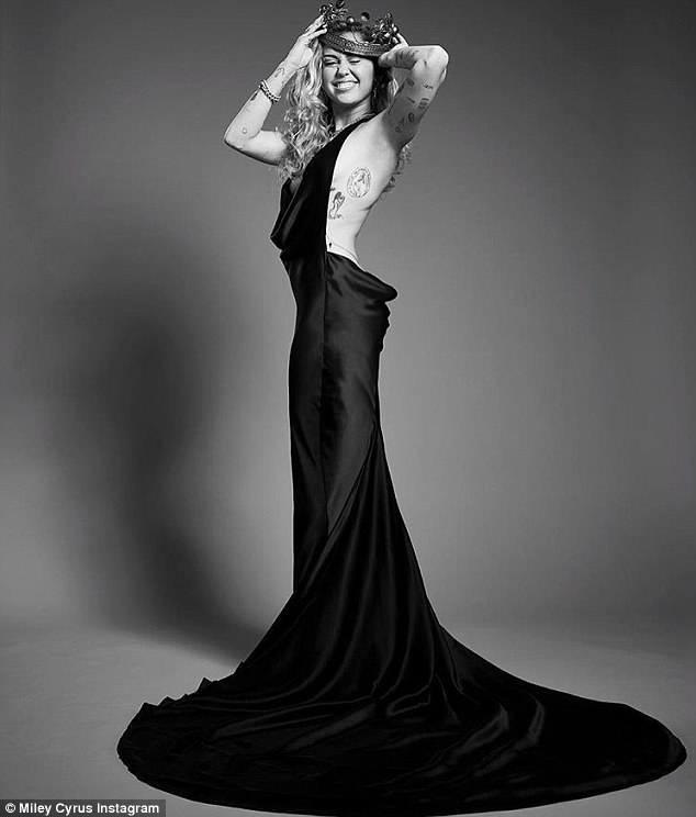 Bộ váy quá hở của Miley Cyrus gây chú ý tại thảm đỏ thời trang danh giá nhất thế giới - Ảnh 8.