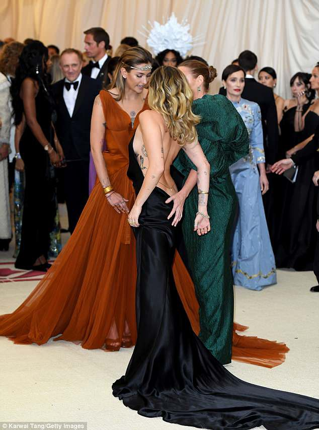 Bộ váy quá hở của Miley Cyrus gây chú ý tại thảm đỏ thời trang danh giá nhất thế giới - Ảnh 7.