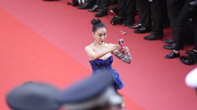 Hoa hậu Trung Quốc giả vờ ngã để gây chú ý trên thảm đỏ Cannes 2018? - Ảnh 3.