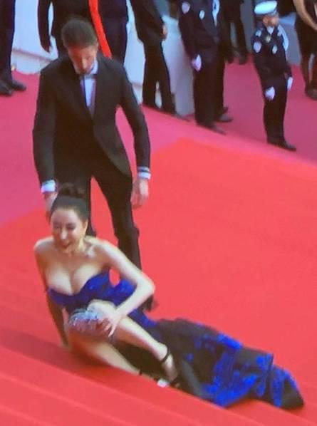 Hoa hậu Trung Quốc giả vờ ngã để gây chú ý trên thảm đỏ Cannes 2018? - Ảnh 2.