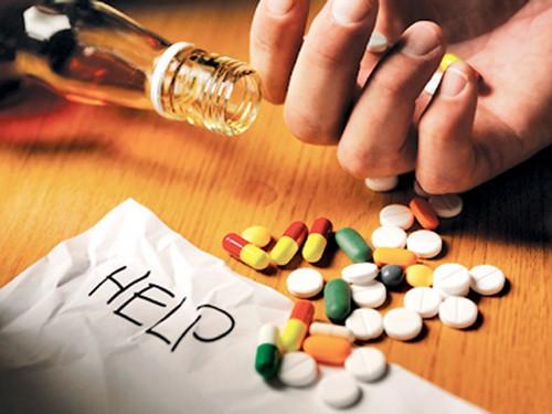 Nguy hiểm khi dùng thuốc lại uống rượu bia - Ảnh 1.