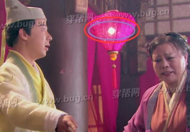 Lỗi cẩu thả trong phim cổ trang: Xuất hiện bóng đèn, vòng đu quay khổng lồ - Ảnh 2.