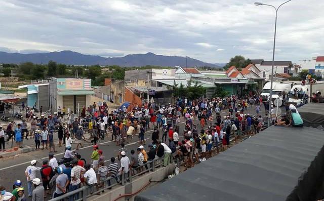 Phó Bí thư Bình Thuận thông tin về vụ đám đông đập phá trụ sở tỉnh, đốt xe - Ảnh 2.
