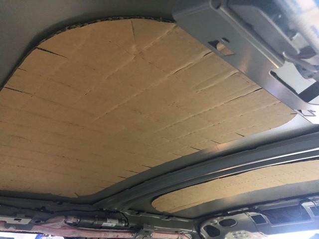 Người dùng chia sẻ ảnh trần xe sang MINI sử dụng bìa carton - Ảnh 1.