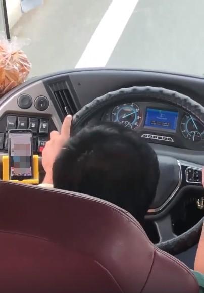CLIP: Tài xế xe khách vừa lái vừa xem phim đen bị chỉ trích dữ dội - Ảnh 1.
