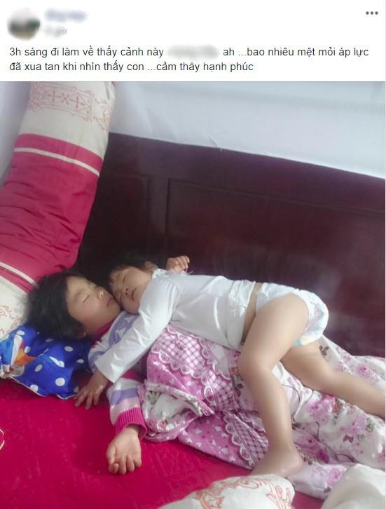 Khoảnh khắc 3 giờ sáng, hai con trứng gà trứng vịt nằm chồng lên nhau ngủ khiến trái tim ông bố đi làm về muộn tan chảy  - Ảnh 1.