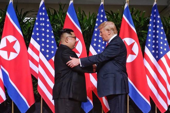 Nhiều lần bắt tay, ông Trump đều là người chủ động mời ông Kim nắm lấy tay mình - Ảnh 2.